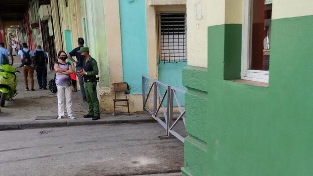Las autoridades han creado brigadas locales que van advirtiendo a los vecinos de que deben estar dentro de sus casas y caminar lo menos posible por las calles interiores. (14ymedio)