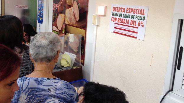 A mediados de 2016 las autoridades decretaron una rebaja en los precios de varios alimentos, entre ellos las piezas de pollo congelado que se comercializan en cajas de entre 10 y 23 kilogramos. (14ymedio)