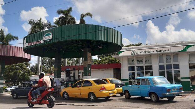 Aunque las autoridades han endurecido las inspecciones, en los Cupet sigue vendiéndose gasolina en efectivo 'por la izquierda'. (14ymedio)
