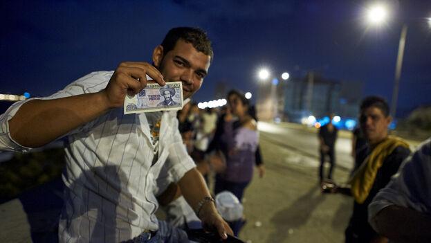 Las autoridades han advertido que tras la unificación monetaria solo se mantendrá el peso cubano o moneda nacional. (Josef Willems)