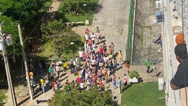 Desde los balcones y persianas muchos vecinos no quisieron perderse el momento exacto en que un oficial de la Policía cortaba la cinta amarilla. (14ymedio)