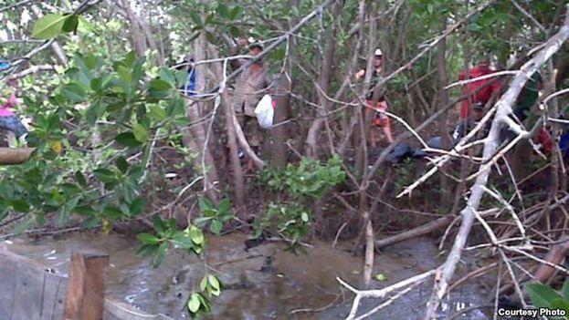 Unos balseros salen desde una zona cercana a Manzanillo. (Martí Noticias)