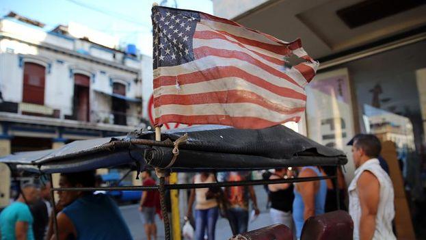 Una bandera estadounidense ondea en un bicitaxi este lunes en La Habana. (EFE)