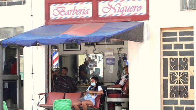 Los barberos sostienen que sus gastos son demasiado altos como para poder permitirse cobrar los precios que dicta el Gobierno. (14ymedio)