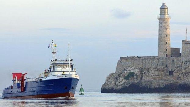 Un barco entra al puerto de La Habana. (EFE)