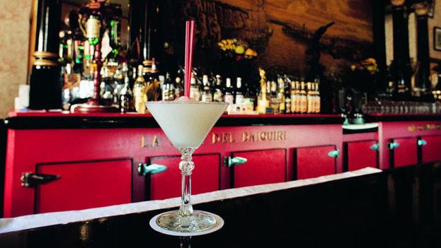 La barra del Floridita con su famoso coctel daiquirí. (Floridita)