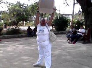 Una dama de blanco protestando este domingo en La Habana. (Cortesía)