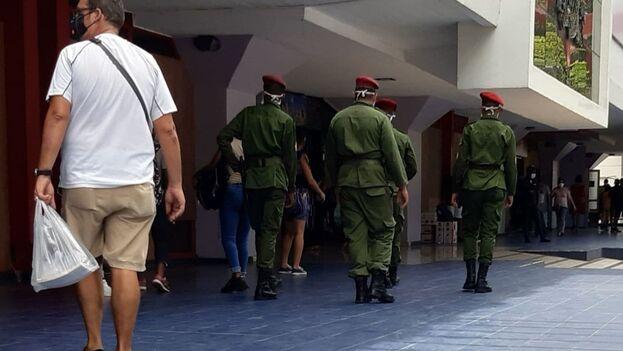 """Los """"boinas rojas"""" custodian en grupos formados por dos y hasta cuatro militares. (14ymedio)"""