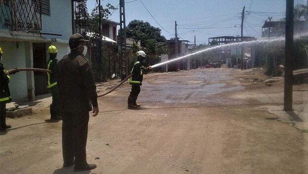 Los bomberos desinfectan el área de Marimón, en Santiago de Cuba, la pasada semana.