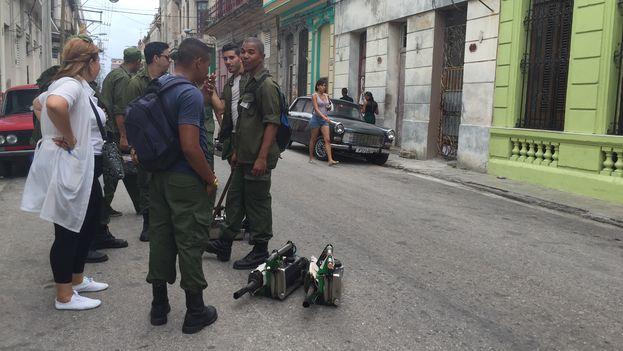 Una brigada de fumigadores en una calle de Centro Habana. (14ymedio)