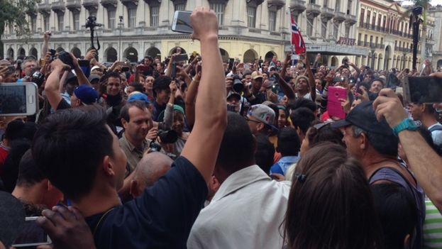 En la calle Prado, la gente aguarda porque Obama pase