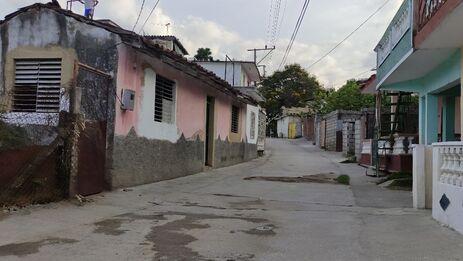 El cierre del callejón del Tamarindo no ha impedido que los vecinos salgan por donde pueden para tratar de encontrar comida. (14ymedio)