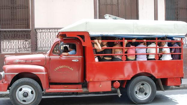 En el interior de los camiones privados, los propietarios colocan la mayor cantidad de asientos posible. (K@mphuis)
