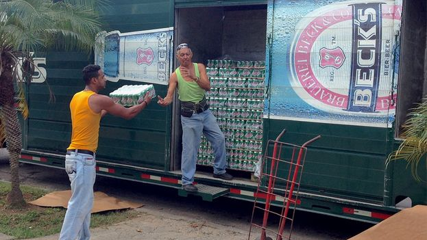 La gente aguarda los camiones de suministro de la Cristal a las afueras de los mercados. (14ymedio)