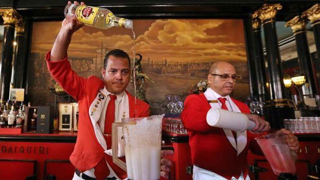 Dos cantineros preparan daiquiris en el famoso restaurante El Floridita. ( EFE/Alejandro Ernesto)