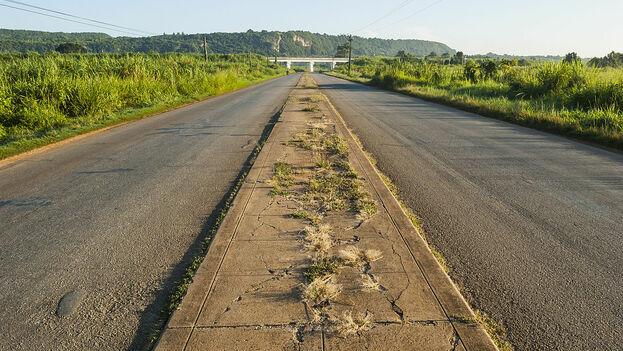 """La red de carreteras cubanas abarca 71 138 kilómetros, de los que 10 997 son de """"interés nacional"""" y 2 303 caminos provinciales. (CC)"""