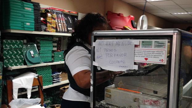 """En la caja un cartel anuncia """"No hay menudos, ni pesos. Por favor coopere"""". (14ymedio)"""
