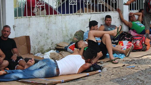 En la calle y sobre cartones, cubanos pasarán la Navidad en Panamá. (Foto EFE)