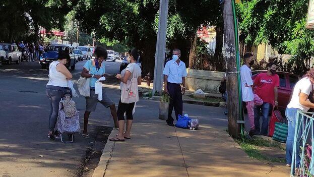 En una esquina del céntrico mercado, varios vendedores ambulantes pregonaban las jabas a 4 pesos cada una. (14ymedio)