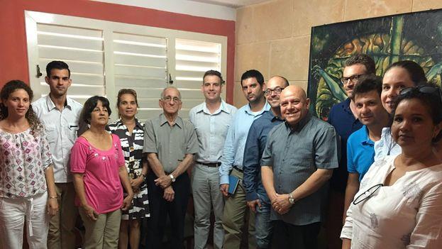 Miembros de la redacción de la revista digital 'Convivencia' junto a los diplomáticos europeos que visitaron este jueves el Centro de Estudios Convivencia. (Facebook)