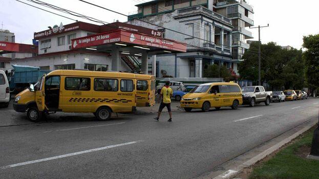 Los choferes lamentan que tienen que pagar el arrendamiento de los taxis estatales haya o no combustible para moverlos. (14ymedio)