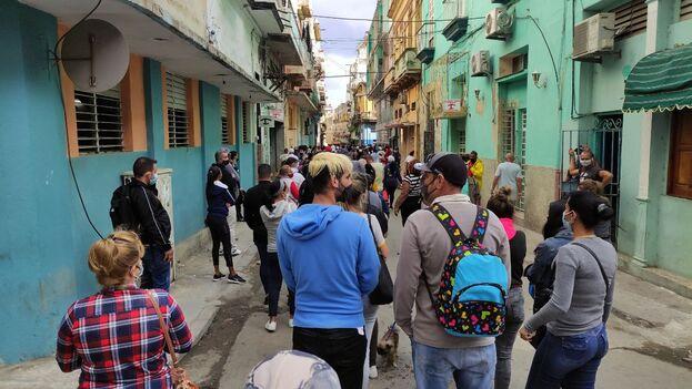 La policía obligó a los clientes a trasladarse a tres cuadras de la entrada principal del comercio. (14ymedio)