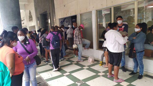 Una cola para comprar cigarros este lunes en La Habana. (14ymedio)