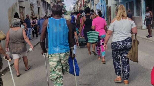 La cola de la papa en la calle Jesús Peregrino. (14ymedio)