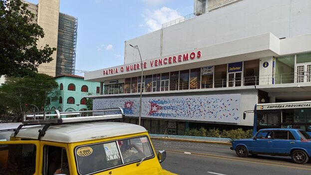 La colocación del lema en la fachada del céntrico hotel Habana Libre ha ocasionado ya algunas críticas. (14ymedio)
