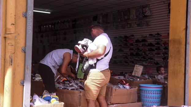 En los centros comerciales y mercados del país se ven grupos de cubanos cargando bultos de mercancías, negociando precios y cotizando productos. (Roberto Fonseca/La Prensa)