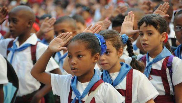 Casi medio siglo después, los niños que comienzan estudios en las escuelas cubanas siguen obligados a repetir su anacrónica consigna