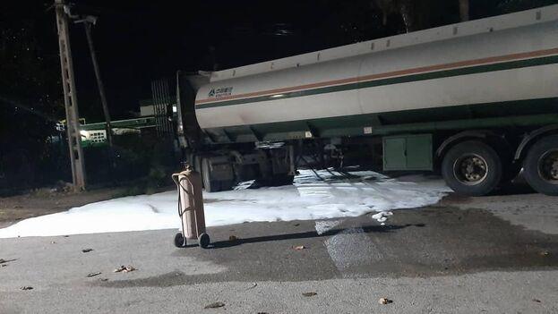 El vertido ocurrió al perforarse un compartimento del camión cuando su conductor se disponía a depositar el combustible en una gasolinera de Varadero. (Facebook/Periódico Girón)