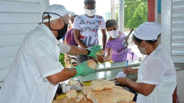 '14ymedio' pudo comprobar que tanto en la bodega La Camagüeyana como en La Buena Idea, el pan se repartió limitado los días 11 y el 12 de mayo. (Escambray)