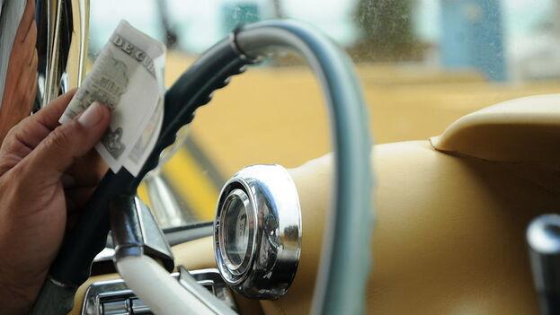 Muchos conductores de taxis privados han optado por aceptar solo pesos cubanos o CUP como pago a sus servicios. (Frans Persoon)