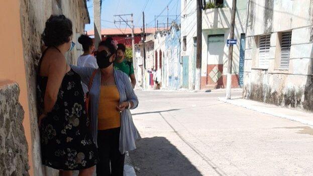 La cola a las afueras del consultorio de la calle Facciolo, en Regla, esperando la inoculación con Abdala. (14ymedio)