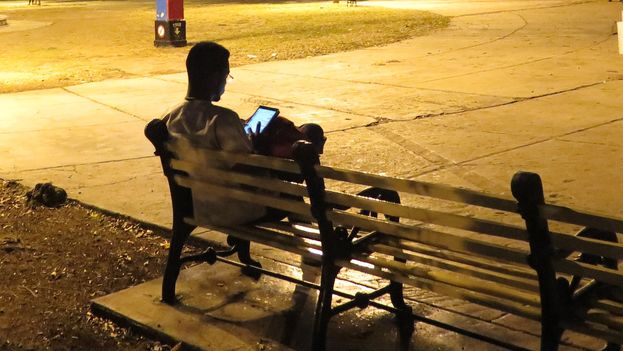 Cada vez más cubanos consumen contenido audiovisual en su móvil o tableta, sin pasar por la pantalla de un televisor. (Juaretsi)
