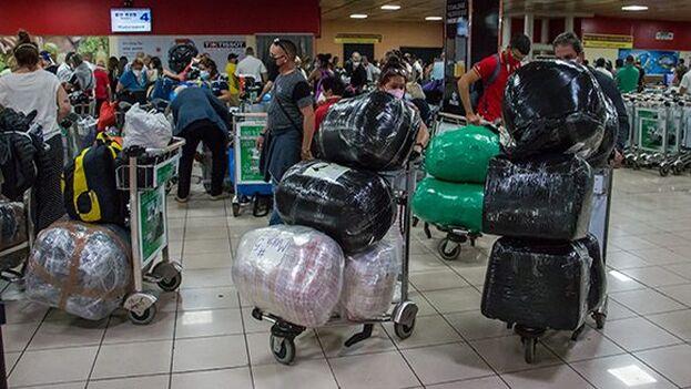 """Entre el 19 de julio y el 2 de agosto se han importado más de 4.620 equipajes """"que contienen artículos de aseo, medicamentos y alimentos"""". (Cubadebate)"""