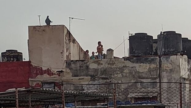 Las calles continuaron muy patrulladas pero la gente se refugió en los techos donde era mucho más difícil para los uniformados controlar quién veía y quién no. (14ymedio)