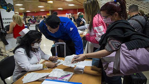 Los controles de viajeros en el aeropuerto no detectan a los portadores o enfermos asintomáticos. (ACN)
