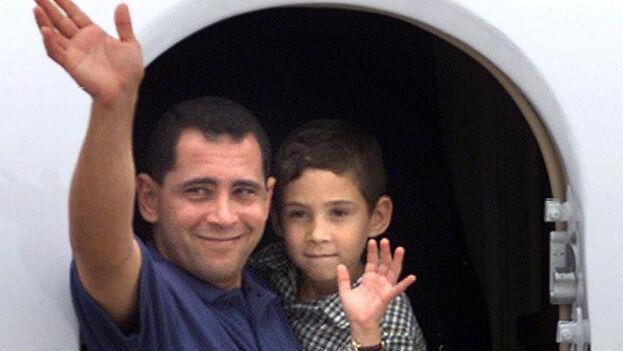 El niño se convirtió en el centro de la disputa entre el exilio cubano de Miami y el régimen de Fidel Castro. En esta foto su padre lo lleva de regreso a Cuba.