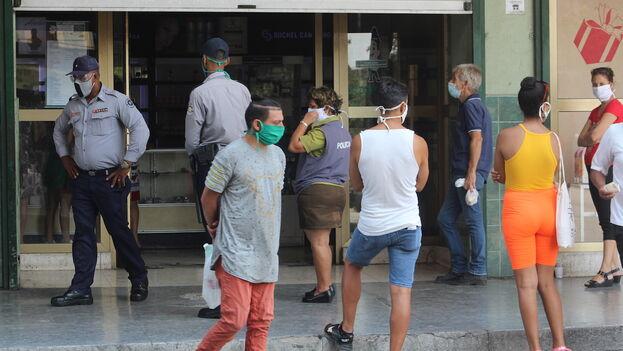 Desde que comenzó la crisis del coronavirus los ciudadanos cubanos no hemos recibido ayuda gratuita, ni siquiera mascarillas. (14ymedio)