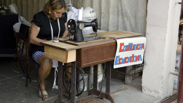 """Una costurera """"remendona"""" ofrece sus servicios en un local de La Habana. (14ymedio)"""
