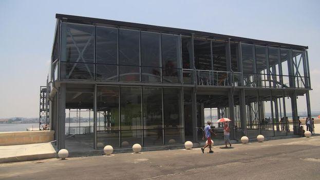 La nueva mole de metal y cristal que ocupa el Emboque de Luz en la Bahía de La Habana