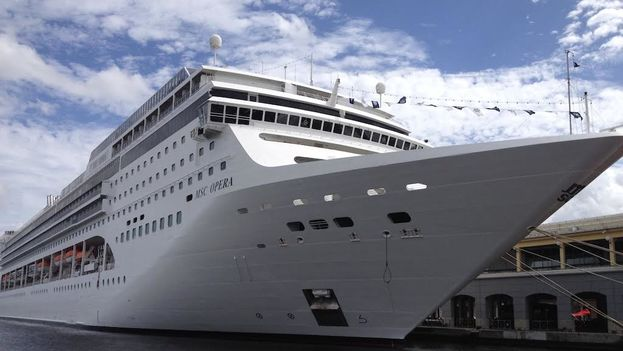 Un crucero en la bahía de La Habana. (Luz Escobar)