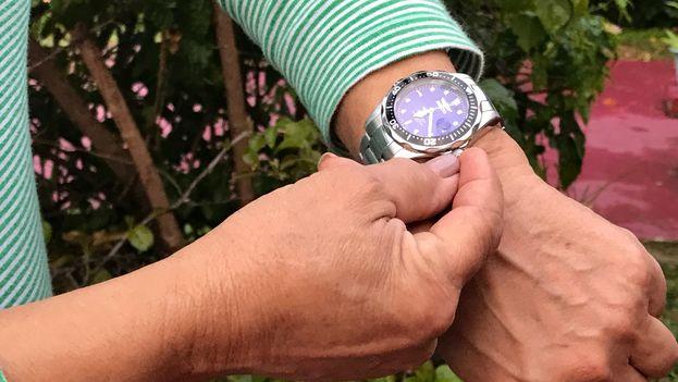 Una cubana ajusta su reloj al nuevo horario de invierno. (14ymedio)