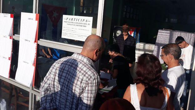 Un grupo de cubanos se disponen a votar en el referendo constitucional de este 24 de febrero. (14ymedio)