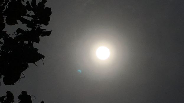 Las nubes y la lluvia empañaron el espectáculo del eclipse parcial de sol que este lunes fue visible en Cuba. (14ymedio)