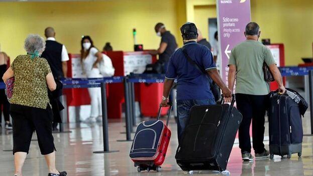 Cada día muchos cubanos toman la decisión de partir, se suben a un avión sin mirar atrás. (EFE)