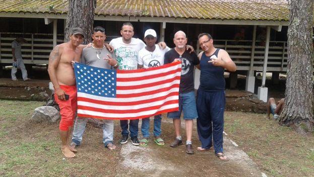 Un grupo de cubanos varados en Panamá espera continuar su viaje a Estados Unidos. (14ymedio)