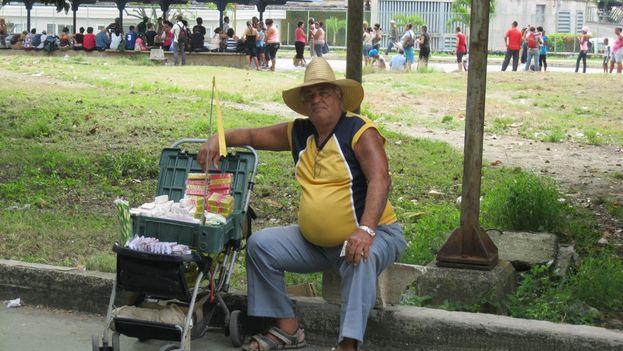 Un cuentapropista vende maní y confituras en las calles de La Habana. (Luz Escobar)